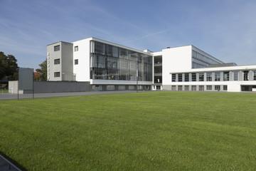 Bauhaus mit Rasenfläche
