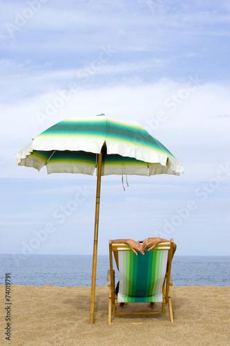 frau liegt im liegestuhl am strand immagini e fotografie royalty free su file. Black Bedroom Furniture Sets. Home Design Ideas