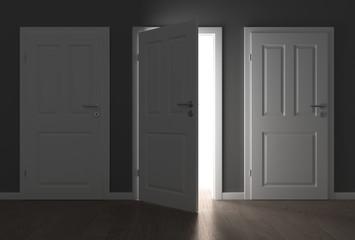 geöffnete Türe im dunklem Raum