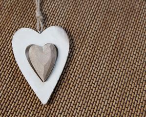 coeur en bois sur fond de bambou