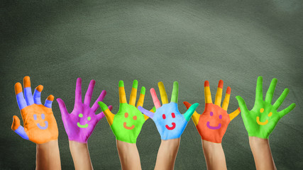 lachende bunt bemalte Kinderhände