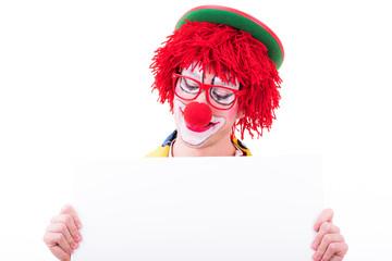 clown schaut auf schild für textfreiraum