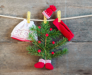 .Christmas tree, rope, clothespins, boots, hat, scarf and beads