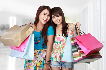 happy best friends shopping