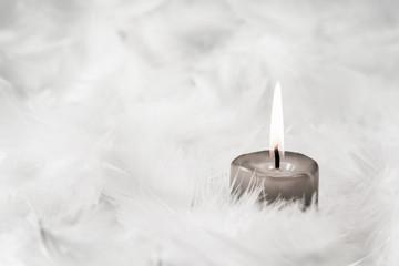 Trauerkarte: Eine Kerze unter Engeln