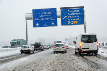 Verschneite Autobahn Wintereinbruch Schnee im Saarland