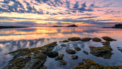 Fotomurales - Pink Coastal Sunset With Dramatic Clouds