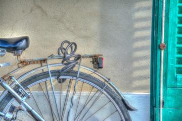 In de dag Fiets rear wheel by the wall