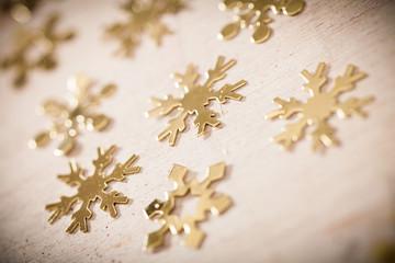 goldene Schneeflocken als Streudekoration