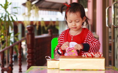 Little girl have happy with unpack gift box.
