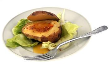 Pomme de terre au fromage et graines de sésame sur salade