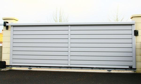 portail moderne en aluminium gris