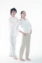스튜디오에서 서서 웃고 있는 커플