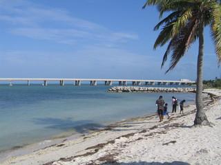 Florida, Familie am Strand vor der Brücke über die Florida Keys