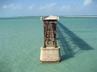 Florida Keys, Blick auf due alte verrostete Eisenbahnbrücke