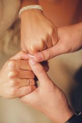 влюбленно держась за руки