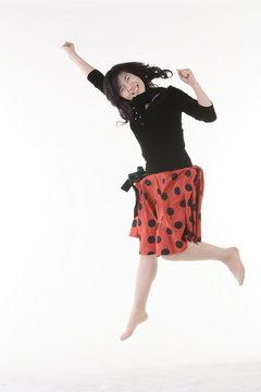 빨간 치마입고 점프하는 아시안 여성