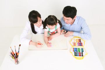흰 배경에서 놀고 있는 아시안 어린이와 부모님