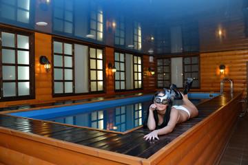 красивая женщина, отдыхая у бассейна