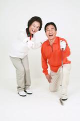 골프를 치는 노부부