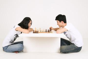 스튜디오 안에서 게임 하는 커플
