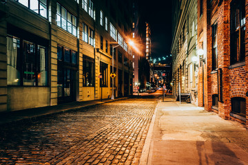 An alley at night, in Brooklyn, New York. Fototapete