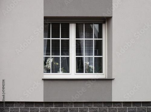 modernes pvc fenster mit fensterkreuzen in grauer fassade stockfotos und lizenzfreie bilder. Black Bedroom Furniture Sets. Home Design Ideas