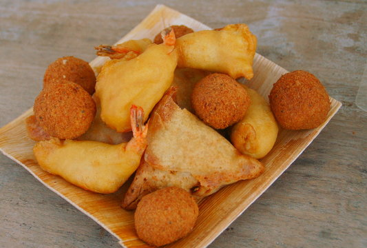 assiette d'acras,beignets et samoussas ,assortiments asiatiques