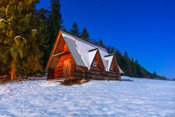 Foto op Aluminium Monument Wooden shelter in Tatra mountains at night, Poland