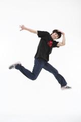 스튜디오에서 비보잉을 하는 젊은 남자