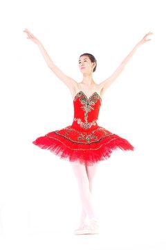 빨간 발레복을 입고 발레 하는 성인 여성