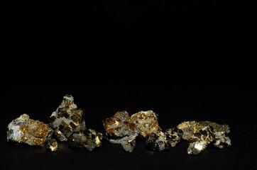 viele kleine steine mit pyrit