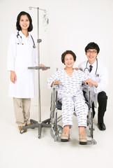 스튜디오 안의 의사선생님과 병원 환자