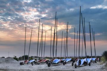 Char à voile et sunset sur la plage
