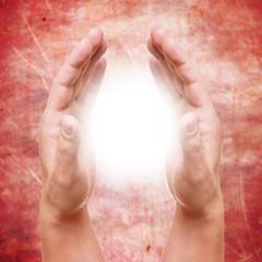 Hände halten ein Licht
