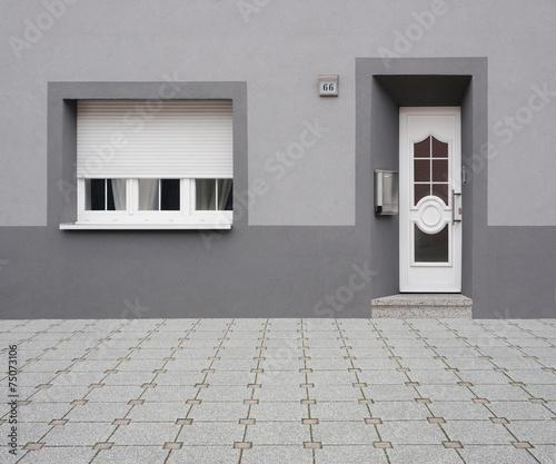 Renovierte Altbaufassade In Grau Mit Pvc Haustür Und Fenster Stock