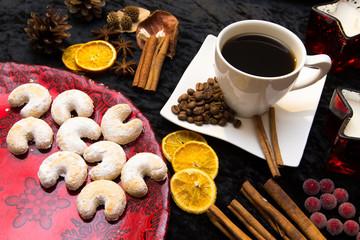 Kaffeetasse und Weihnachtsdeko