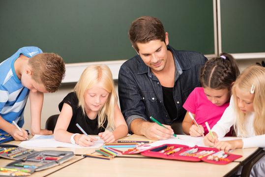 Lehrer hilft in der Grundschule