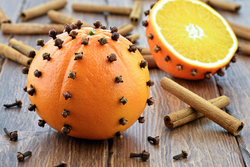 Obraz Pomarańcze z cynamonem na drewnianym stole - fototapety do salonu