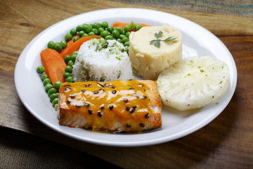 Salmon with rice, pineapple and vegetables