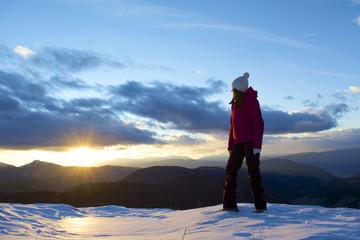 Junge Frau bestaunt den Sonnenuntergang