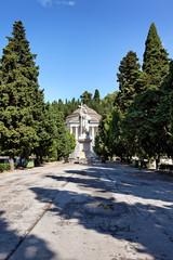 Statue vor dem Pantheon, Cimitero di Staglieno, Genua