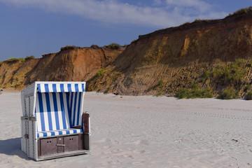 Fototapete - Strandkorb am  Strand von Sylt Kampen rotes Kliff