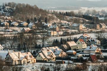 Domy jednorodzinne w górskim miasteczku zimą
