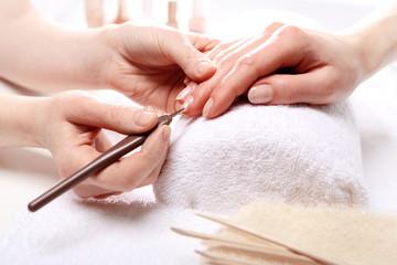 Kobieta u kosmetyczki, manicure