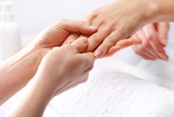 Masaż dłoni, kobieta w salonie kosmetycznym