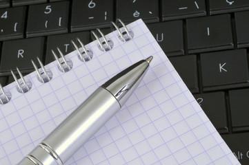 Clavier, stylo et cahier