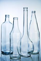Fünf leere Glasflaschen