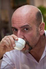 Uomo beve un caffè