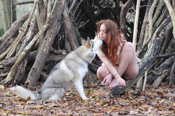 jeune femme rousse et chien loup